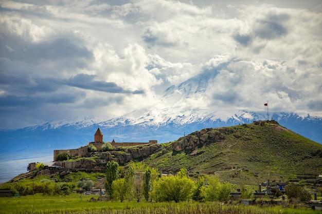 Kościół khor virap w armenii pod abstrakcyjnym niebem