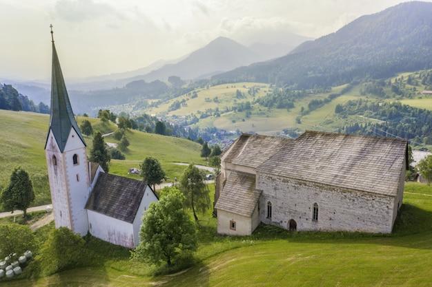 Kościół lese w słowenii w otoczeniu przyrody