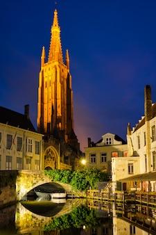 Kościół matki boskiej i kanał. brugge bruges, belgia