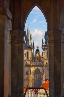 Kościół matki boskiej przed tynem przez lancetowe gotyckie okno, praga, republika czeska