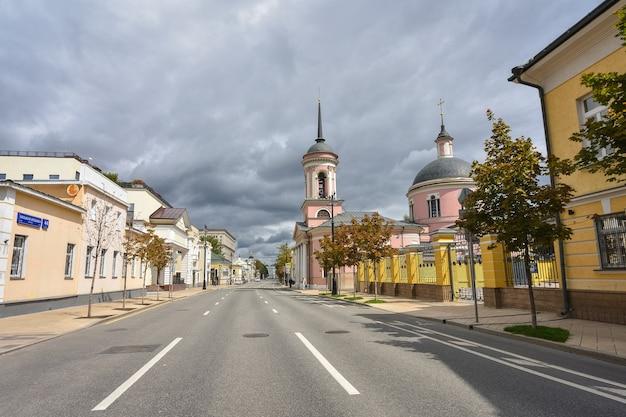 Kościół na tle szarego nieba w moskwie na ulicy bolszaja ordynka
