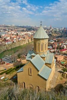Kościół narikala to starożytna forteca z widokiem na panoramę tbilisi.