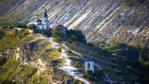 Kościół narodzenia najświętszej maryi panny położony na wzgórzu w trebujeni w mołdawii