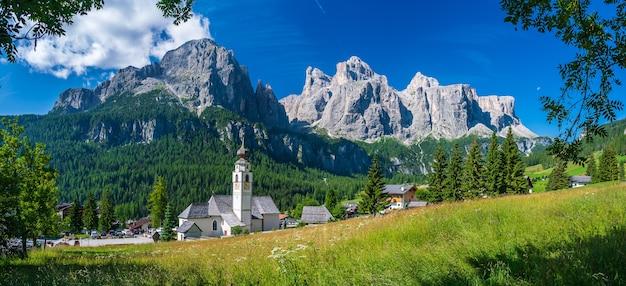 Kościół parafialny w górskiej wiosce calfusch, w val badia, w sercu dolomitów
