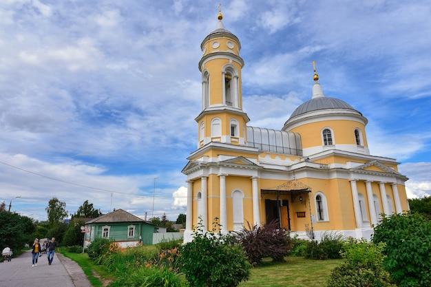 Kościół podwyższenia krzyża świętego w mieście kolomna na placu katedralnym kremla kolomna