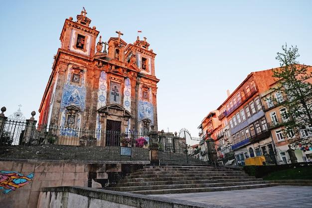 Kościół saint ildefonso (igreja de santo ildefonso) w zachodzie słońca, porto, portugalia