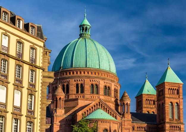 Kościół saint-pierre-le-jeune w strasburgu alzacja, francja