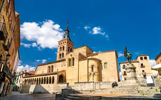 Kościół san martin i pomnik juana bravo na plaza de medina del campo w segowii - kastylia i leon, hiszpania
