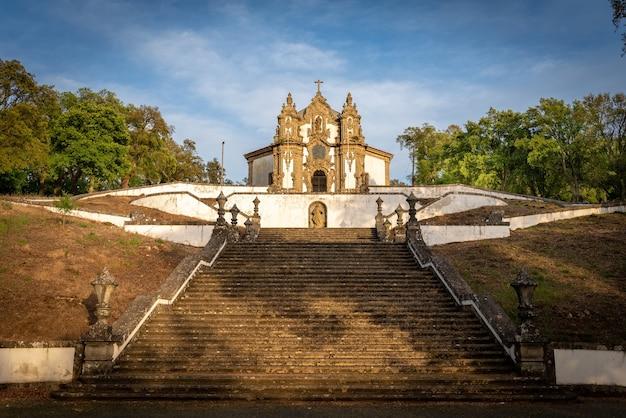 Kościół sanktuarium falperra o zachodzie słońca, w bradze, portugalia.