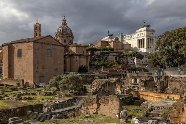 Kościół santi luca e martina z pozostałościami po rzymskim forum