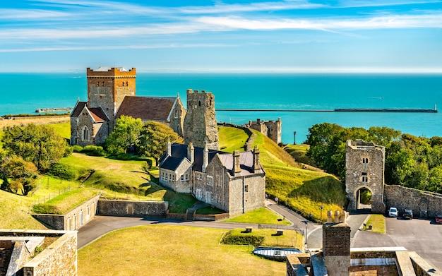 Kościół st mary in castro i rzymska latarnia morska w zamku dover w hrabstwie kent w anglii