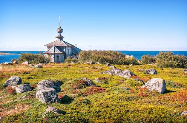 Kościół św. andrzeja pierwszego, omszałe kamienie i bogata roślinność wysp zayatsky
