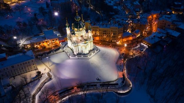 Kościół św. andrzeja. widok z drona, nocna panorama miasta.