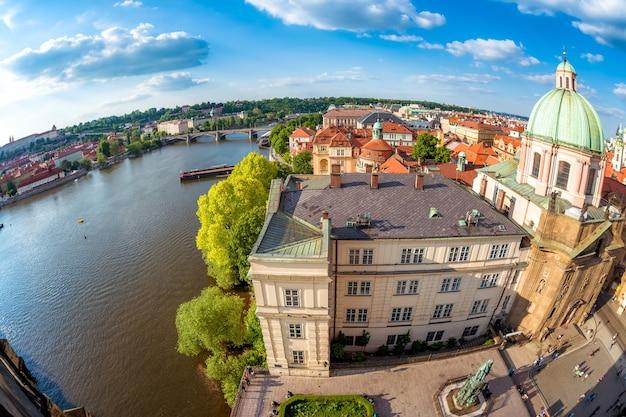 Kościół św. franciszka z asyżu i rzeka wełtawa. praga, republika czeska.