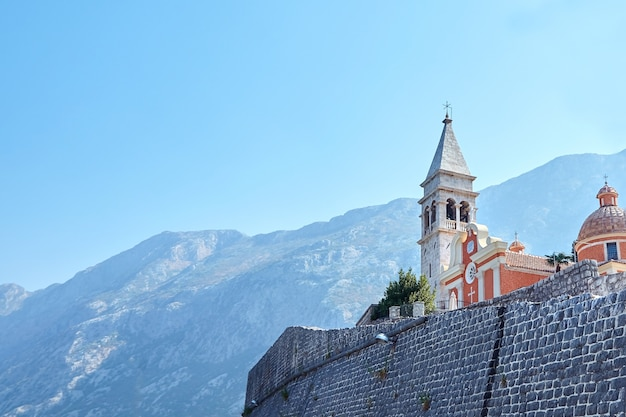 Kościół św. mateusza z dzwonnicą w mieście dobrota w czarnogórze