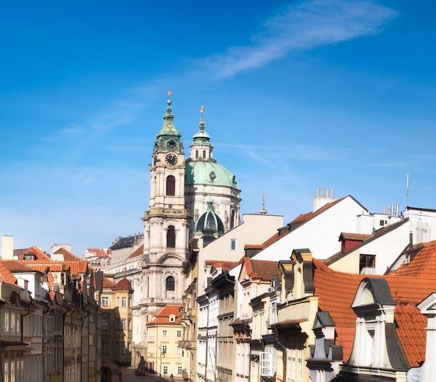 Kościół św. mikołaja i dachy pragi