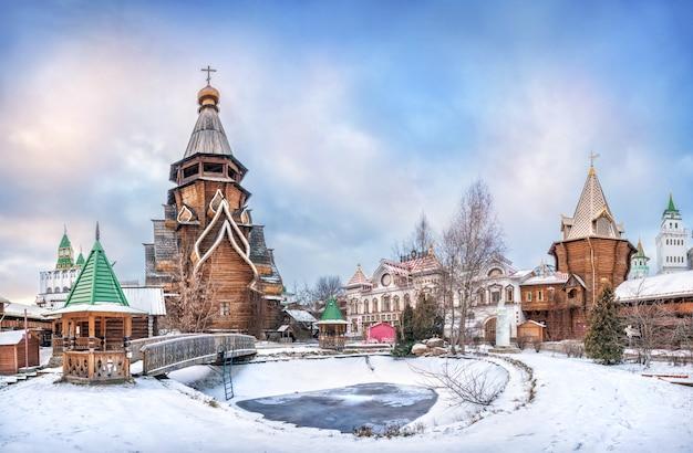 Kościół św.mikołaja i zamarznięty staw na kremlu izmajłowskim w moskwie pod pięknym błękitnym niebem