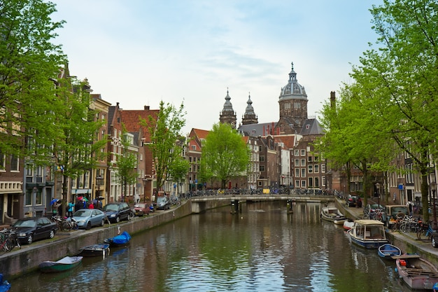 Kościół św. mikołaja, kanał starego miasta, amsterdam, holandia