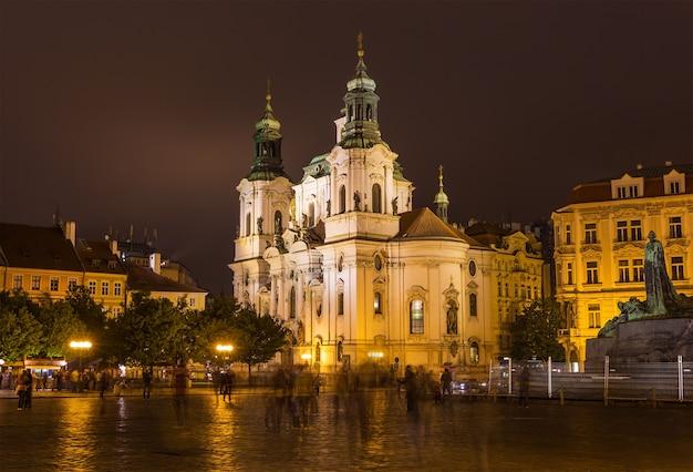 Kościół św. mikołaja na rynku starego miasta w nocy. praga