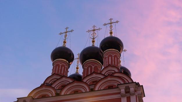 Kościół św mikołaja po zachodzie słońca, plac taganskaya, moskwa, rosja.