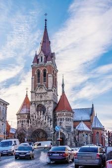 Kościół św. stanisława w czortkowie na ukrainie w słoneczny zimowy dzień