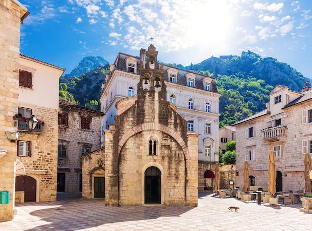 Kościół świętego michała na starym mieście w kotorze, czarnogóra.