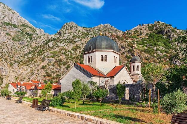 Kościół świętego mikołaja w kotorze, słoneczny dzień, czarnogóra.