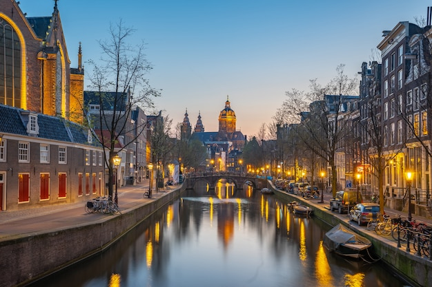 Kościół świętego mikołaja w mieście amsterdam w nocy