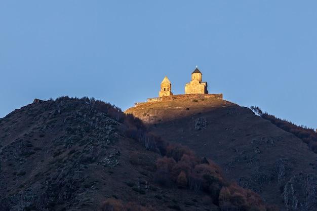 Kościół świętej trójcy gergeti w górach kaukazu, geogria