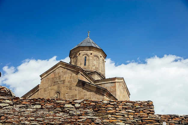 Kościół świętej trójcy gergeti w gruzji