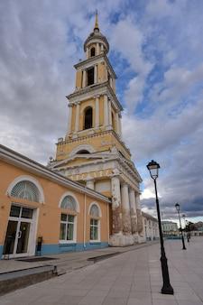 Kościół teologiczny w mieście kołomna, wysoka kaplica kościoła na tle nieba