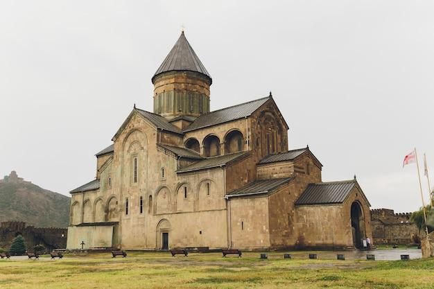 Kościół tsminda sameba w pobliżu wioski kazbegi stepancminda, gruzja, kaukaz.