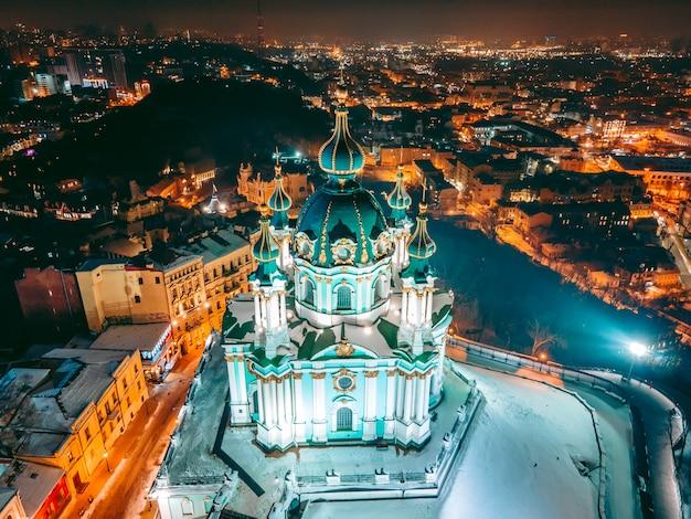 Kościół w centrum kijowa w nocy w zimie