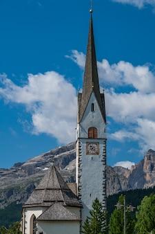 Kościół w górskiej wiosce la villa, val badia, w sercu dolomitów