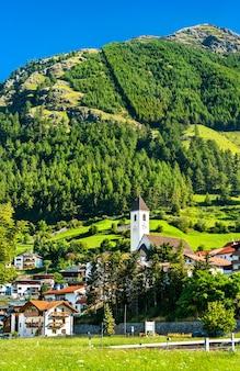 Kościół w graun im vinschgau lub curon venosta, mieście nad jeziorem reschen w południowym tyrolu, włoskie alpy