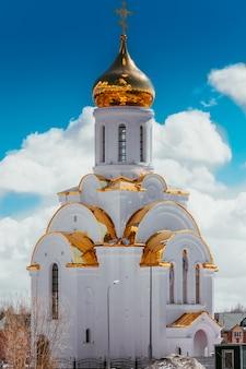 Kościół w słoneczny dzień