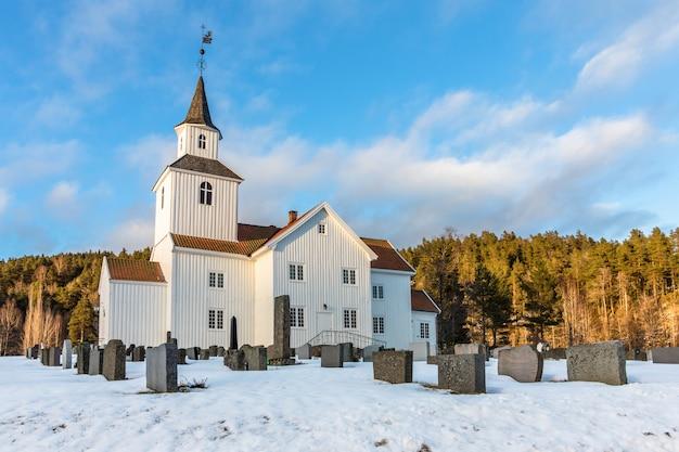 Kościół w zimie z śniegiem i niebieskim niebem w iveland norwegia