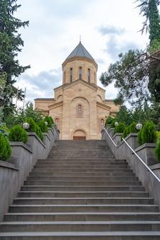 Kościół wniebowzięcia najświętszej maryi panny w tbilisi. gruzja