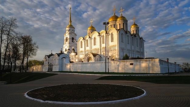 Kościół wniebowzięcia nmp w mieście vladimir, rosja. vladimir jest popularnym miastem turystycznym z listy złotych pierścieni miast do odwiedzenia.