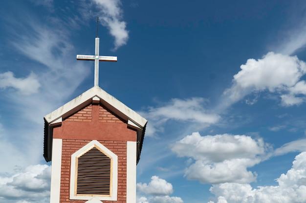Kościół z krzyżem na szczycie w świetle dziennym