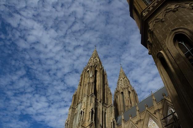 Kościół z nieba w tle