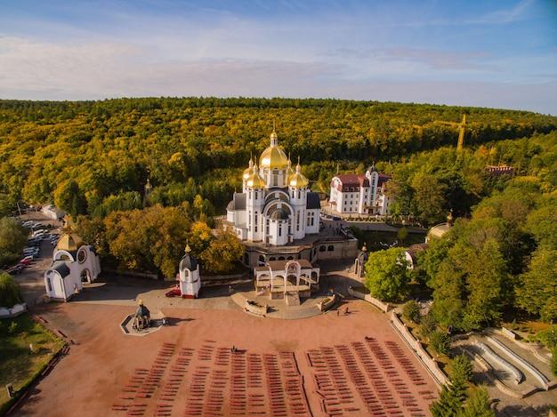 Kościół zarvanytsia. zdjęcia lotnicze maryjnego centrum duchowego.