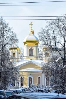 Kościół ze złotymi kopułami na śniegu