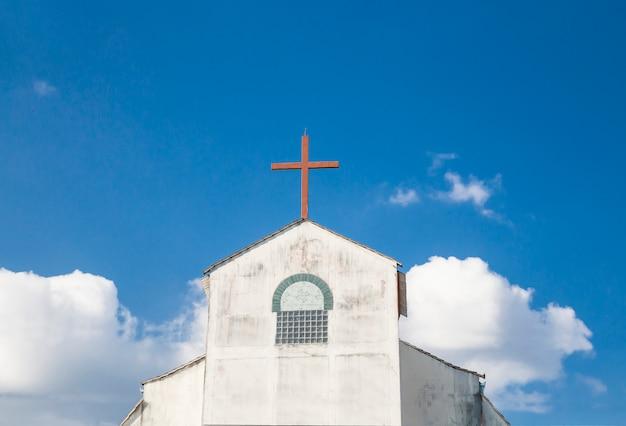 Kościoły chrześcijańskie w azji z pięknym niebem