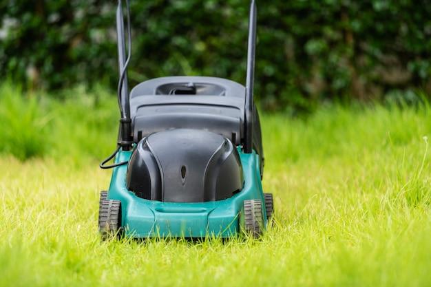 Kosiarka na zielonej trawie w domu