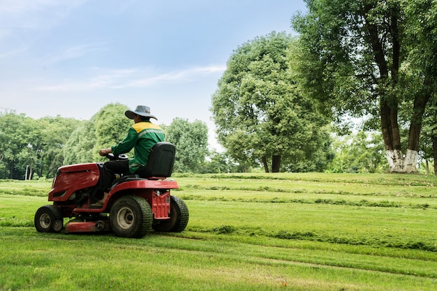 Kosiarka. pracownik tnie trawnik. prace ogrodowe