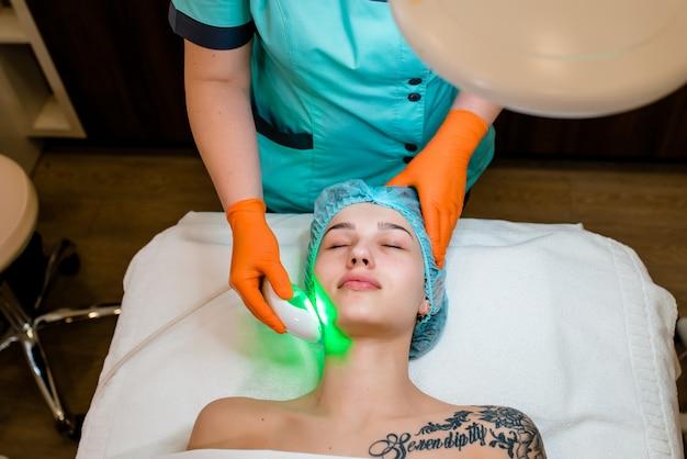 Kosmetolog czyni aparat z procedury