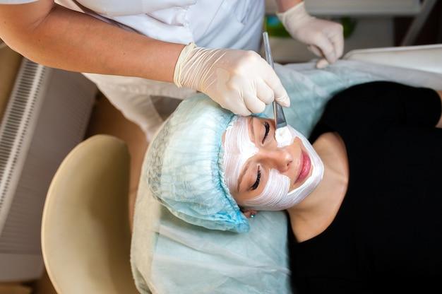 Kosmetolog sprawia, że maska jest piękna