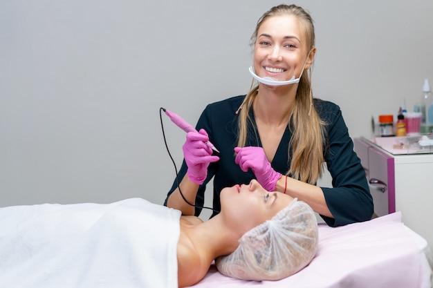 Kosmetolog stosujący makijaż permanentny