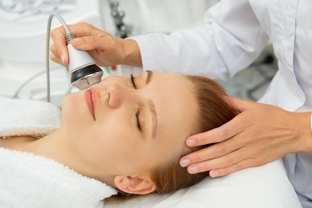 Kosmetolog współpracujący z klientem w klinice urody
